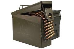 Τα πυρομαχικά μπορούν με τη ζώνη πυρομαχικών και πυρομαχικών στοκ εικόνα με δικαίωμα ελεύθερης χρήσης