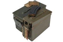 Τα πυρομαχικά μπορούν με τη ζώνη πυρομαχικών και πυρομαχικών στοκ φωτογραφία