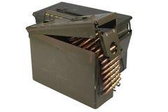 Τα πυρομαχικά μπορούν με τη ζώνη πυρομαχικών και πυρομαχικών στοκ εικόνες