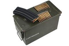 Τα πυρομαχικά μπορούν με τη ζώνη πυρομαχικών στοκ εικόνα με δικαίωμα ελεύθερης χρήσης