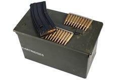 Τα πυρομαχικά μπορούν με τη ζώνη πυρομαχικών στοκ φωτογραφία με δικαίωμα ελεύθερης χρήσης