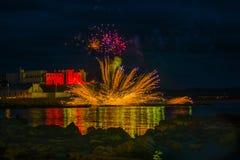 Τα πυροτεχνήματα επιδεικνύουν τα φω'τα επάνω σε Portstewart στοκ εικόνες
