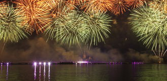Τα πυροτεχνήματα και το λέιζερ παρουσιάζουν Στοκ φωτογραφία με δικαίωμα ελεύθερης χρήσης