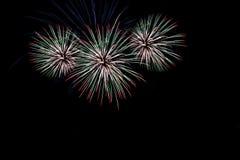 Τα πυροτεχνήματα πέρα από την πόλη γιορτάζουν στο ευτυχές φεστιβάλ Στοκ φωτογραφία με δικαίωμα ελεύθερης χρήσης