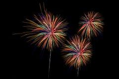 Τα πυροτεχνήματα πέρα από την πόλη γιορτάζουν στο ευτυχές φεστιβάλ Στοκ Εικόνες