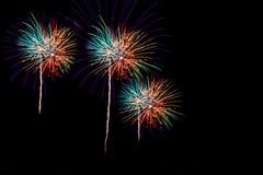 Τα πυροτεχνήματα πέρα από την πόλη γιορτάζουν στο ευτυχές φεστιβάλ Στοκ εικόνα με δικαίωμα ελεύθερης χρήσης