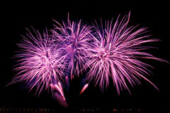 Τα πυροτεχνήματα πέρα από την πόλη γιορτάζουν στο ευτυχές φεστιβάλ Στοκ Φωτογραφίες