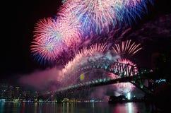 τα πυροτεχνήματα παραμονής ελλιμενίζουν το νέο έτος nye s Σύδνεϋ Στοκ Εικόνες