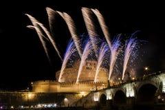 Τα πυροτεχνήματα παρουσιάζουν πέρα από Castel Sant Angelo, Ρώμη, Ιταλία Στοκ Εικόνα