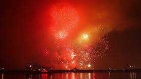 Τα πυροτεχνήματα παρουσιάζουν σε έναν εορτασμό απόθεμα βίντεο