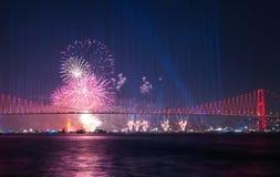 Τα πυροτεχνήματα παρουσιάζουν στη Ιστανμπούλ Bosphorus Τουρκία Στοκ φωτογραφία με δικαίωμα ελεύθερης χρήσης