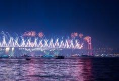 Τα πυροτεχνήματα παρουσιάζουν στη Ιστανμπούλ Bosphorus Τουρκία Στοκ Φωτογραφίες