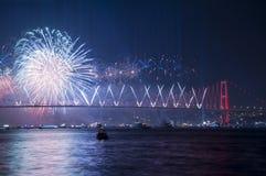 Τα πυροτεχνήματα παρουσιάζουν στη Ιστανμπούλ Bosphorus Τουρκία Στοκ εικόνα με δικαίωμα ελεύθερης χρήσης