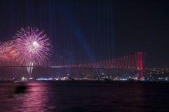 Τα πυροτεχνήματα παρουσιάζουν στη Ιστανμπούλ Bosphorus Τουρκία Στοκ Φωτογραφία