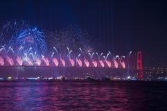Τα πυροτεχνήματα παρουσιάζουν στη Ιστανμπούλ Bosphorus Τουρκία Στοκ φωτογραφίες με δικαίωμα ελεύθερης χρήσης