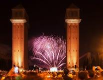 Τα πυροτεχνήματα παρουσιάζουν στη νύχτα Βαρκελώνη Ισπανία Στοκ φωτογραφία με δικαίωμα ελεύθερης χρήσης
