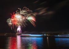 Τα πυροτεχνήματα στον ποταμό φορούν Στοκ Φωτογραφίες