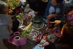 Τα πωλώντας λαχανικά γυναικών σε Siem συγκεντρώνουν Στοκ φωτογραφίες με δικαίωμα ελεύθερης χρήσης