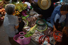 Τα πωλώντας λαχανικά γυναικών σε Siem συγκεντρώνουν Στοκ φωτογραφία με δικαίωμα ελεύθερης χρήσης