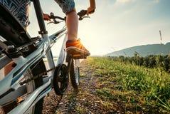 Τα πόδια αγοριών στα κόκκινα sneackers στο πεντάλι ποδηλάτων κλείνουν επάνω την εικόνα Στοκ φωτογραφία με δικαίωμα ελεύθερης χρήσης
