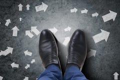 Τα πόδια επιχειρηματιών που αντιμετωπίζουν το δύσκολο δίλημμα επιλογής Στοκ Εικόνες