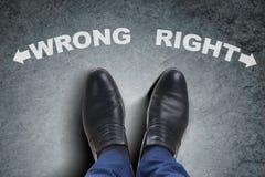 Τα πόδια επιχειρηματιών που αντιμετωπίζουν το δύσκολο δίλημμα επιλογής Στοκ εικόνες με δικαίωμα ελεύθερης χρήσης