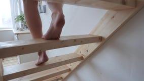 Τα πόδια πηγαίνουν κάτω από τα σκαλοπάτια φιλμ μικρού μήκους