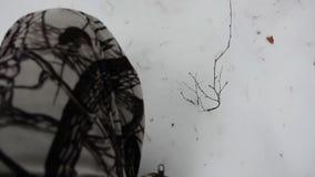 Τα πόδια πηγαίνουν σε μια βαθιά άποψη χιονιού άνωθεν απόθεμα βίντεο