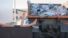 Τα πόδια που κολλούν από τα απορρίματα μπορούν απόθεμα βίντεο