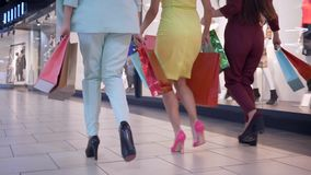 Τα πόδια του θηλυκού shopaholics τρέχουν στις εποχιακές εκπτώσεις σύλληψης στο κατάστημα μόδας και φέρνουν το μέρος των τσαντών α απόθεμα βίντεο