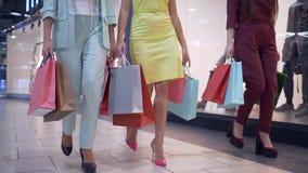Τα πόδια του shopaholics με τις αγορές τοποθετούν το περπάτημα στη λεωφόρο στην εποχή των εκπτώσεων σε σάκκο και φέρνουν το μέρος απόθεμα βίντεο