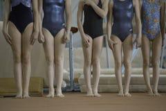 Τα πόδια των παιδιών, γυμναστική περιμένουν το νικητή στοκ εικόνες με δικαίωμα ελεύθερης χρήσης
