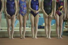 Τα πόδια των παιδιών, γυμναστική περιμένουν το νικητή στοκ εικόνες