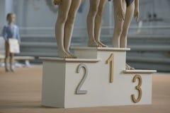 Τα πόδια των παιδιών, γυμναστική περιμένουν το νικητή στοκ φωτογραφία