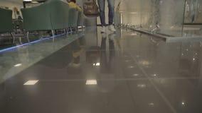 Τα πόδια ατόμων ` s περνούν από την αίθουσα του ξενοδοχείου απόθεμα βίντεο