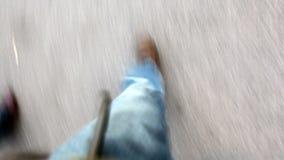 Τα πόδια ενός περπατήματος ανδρών και γυναικών φιλμ μικρού μήκους