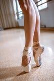 Τα πόδια κινηματογραφήσεων σε πρώτο πλάνο του νέου ballerina στα παπούτσια pointe Στοκ Εικόνες