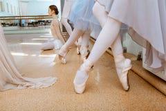 Τα πόδια κινηματογραφήσεων σε πρώτο πλάνο των νέων ballerinas στα παπούτσια pointe στοκ φωτογραφίες
