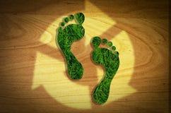 Τα πόδια κόβουν επαναχρησιμοποιήσιμο, μειώνουν, ανακυκλώνουν την έννοια στοκ φωτογραφία