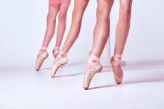 Τα πόδια νέα ballerinas στα παπούτσια pointe Στοκ Φωτογραφία