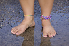τα πόδια παίρνουν υγρό το σ&a Στοκ Εικόνες