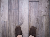 Τα πόδια στο πάτωμα κεραμώνουν faux το ξύλο Στοκ Εικόνα