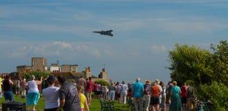 Τα πλήθη προσέχουν το βομβαρδιστικό αεροπλάνο Avro Vulcan που χρησιμοποιείται από βρετανικό RAF στοκ φωτογραφίες με δικαίωμα ελεύθερης χρήσης