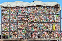 Τα πλαστικά μπουκάλια βρίσκονται σε έναν σωρό σε ένα κλουβί μετάλλων Στοκ Εικόνες