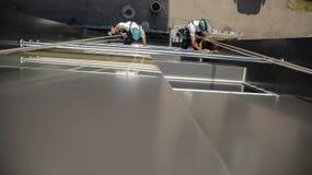 Τα πλυντήρια πλένουν τα παράθυρα του σύγχρονου ουρανοξύστη Στοκ φωτογραφία με δικαίωμα ελεύθερης χρήσης