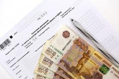 Τα ρωσικά έγγραφα, έντυπο 3-NDFL εισοδηματικής Διακήρυξης, εξαργυρώνουν 5000 ρούβλια και μια μάνδρα στοκ φωτογραφίες