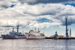 Τα ρωσικά θωρηκτά και ο ωκεανογραφικός ναύαρχος Vladimirsky ερευνητικών σκαφών είναι στο gavan μέσο λιμάνι Srednyaya σε Kronstadt στοκ φωτογραφία με δικαίωμα ελεύθερης χρήσης