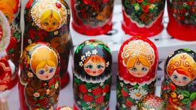 Τα ρωσικά ξύλινα matryoshkas είναι στον πίνακα απόθεμα βίντεο