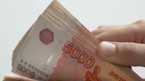 Τα ρωσικά πέντε-χιλιοστά τραπεζογραμμάτια 04 08 απόθεμα βίντεο