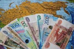 Τα ρωσικά τραπεζογραμμάτια είναι ένας ανεμιστήρας στο χάρτη Έννοια επιχειρήσεων και πολιτικής Ρωσική Ομοσπονδία στοκ εικόνα